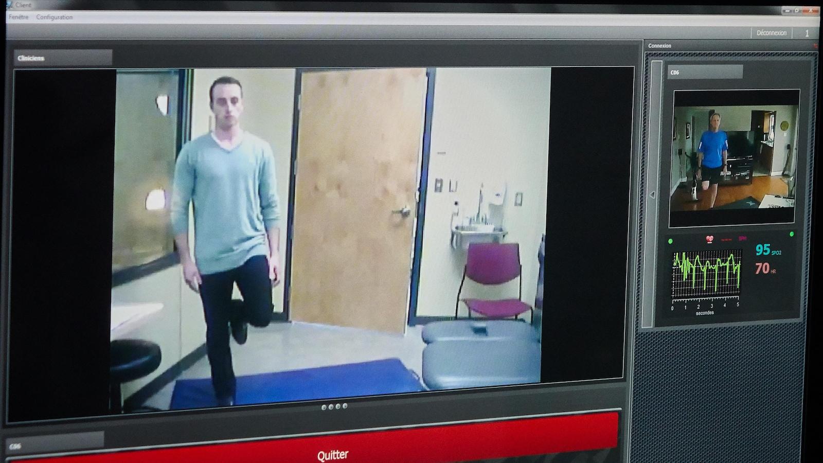 Deux écrans, un montrant le physiothérapeute, et l'autre montrant le patient
