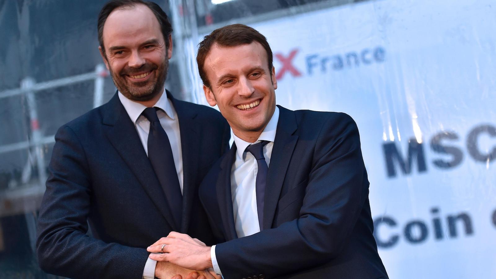 Édouard Philippe et Emmanuel Macron se serrent la main à Saint-Nazaire le 1er février 2016