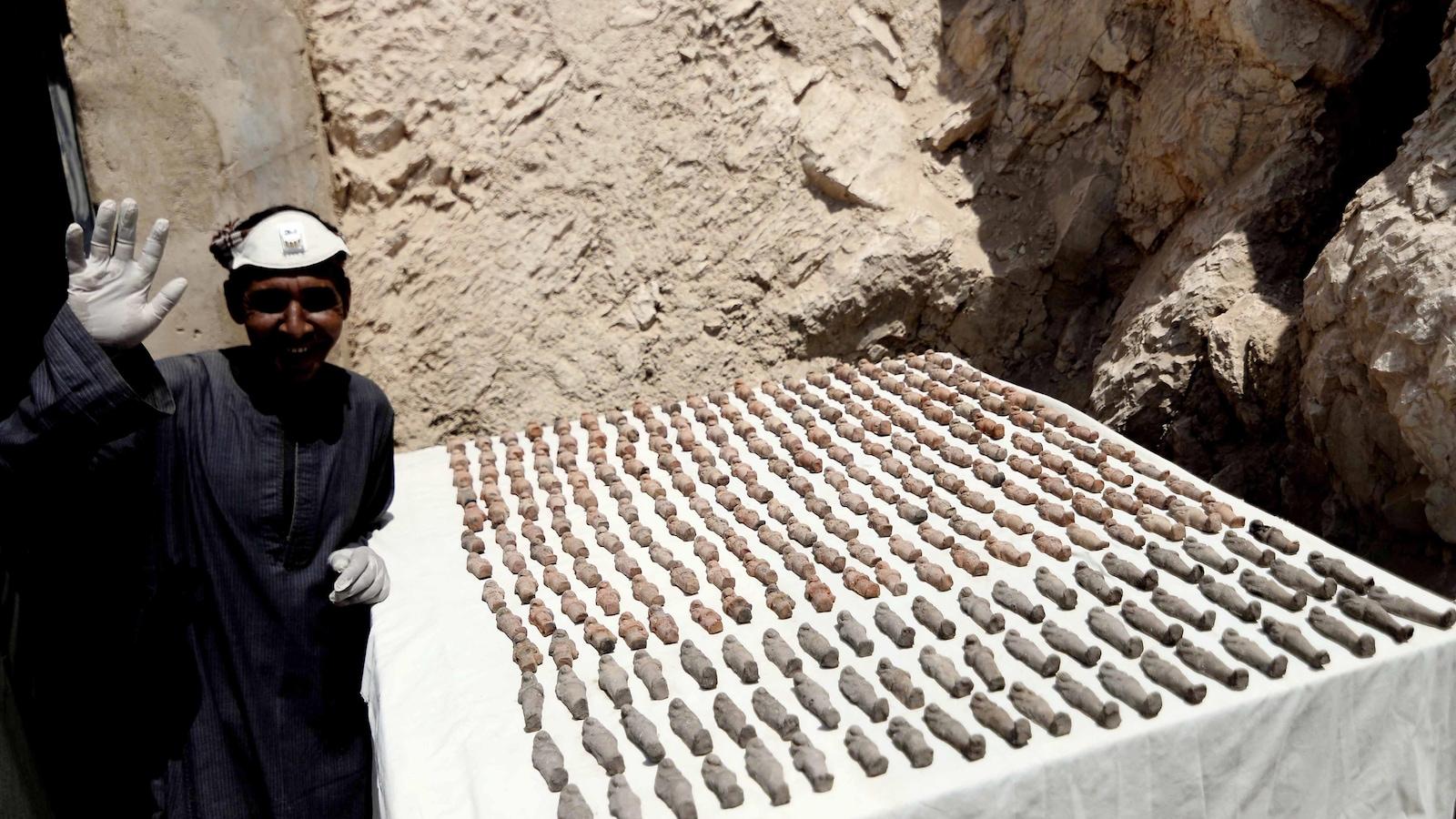 Des milliers de petites statuettes funéraires  ont également été découvertes.