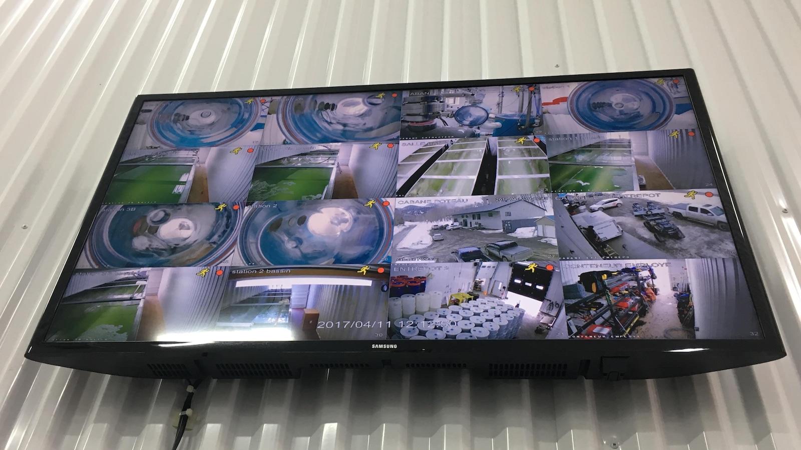 Un écran de télévision qui permet de voir les images de 16 caméras.