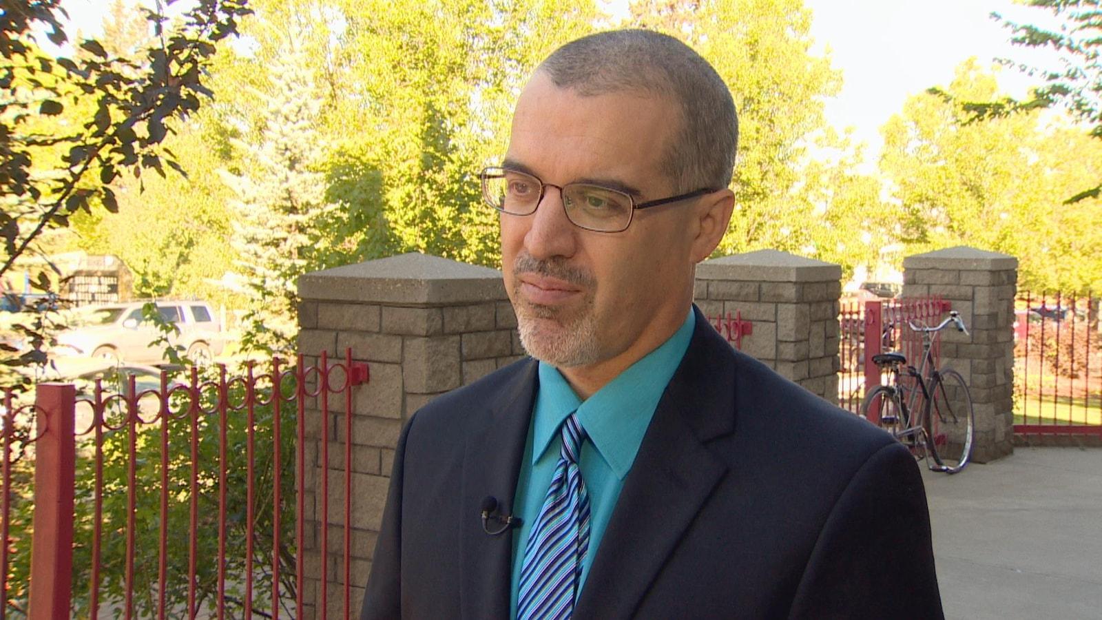Étienne Alary parle au journaliste.