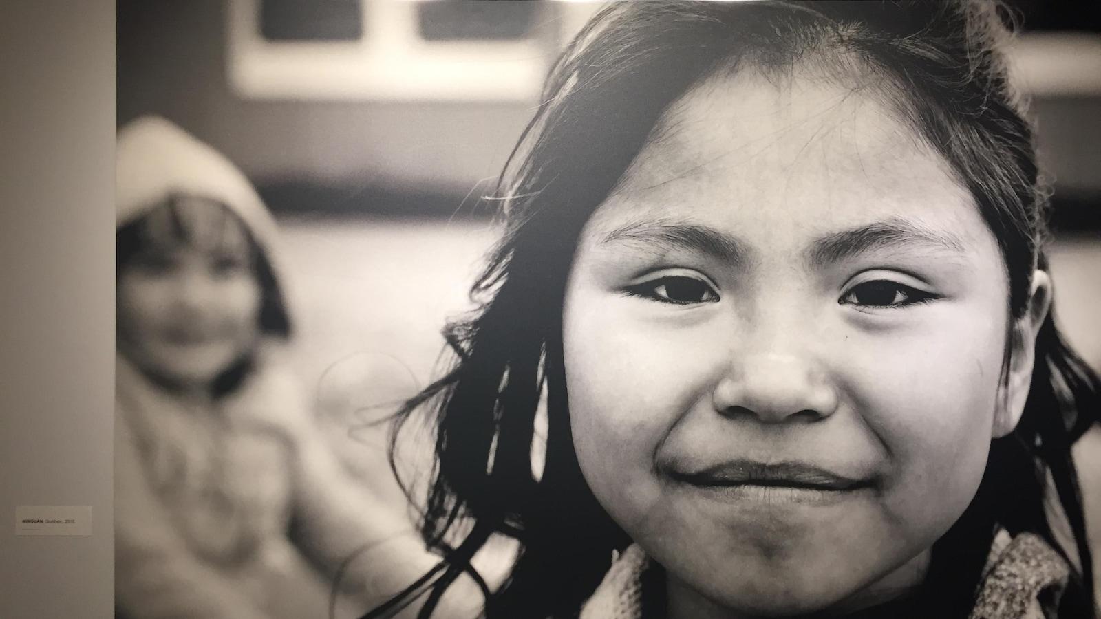 Une jeune autochtone sourit au photographe.