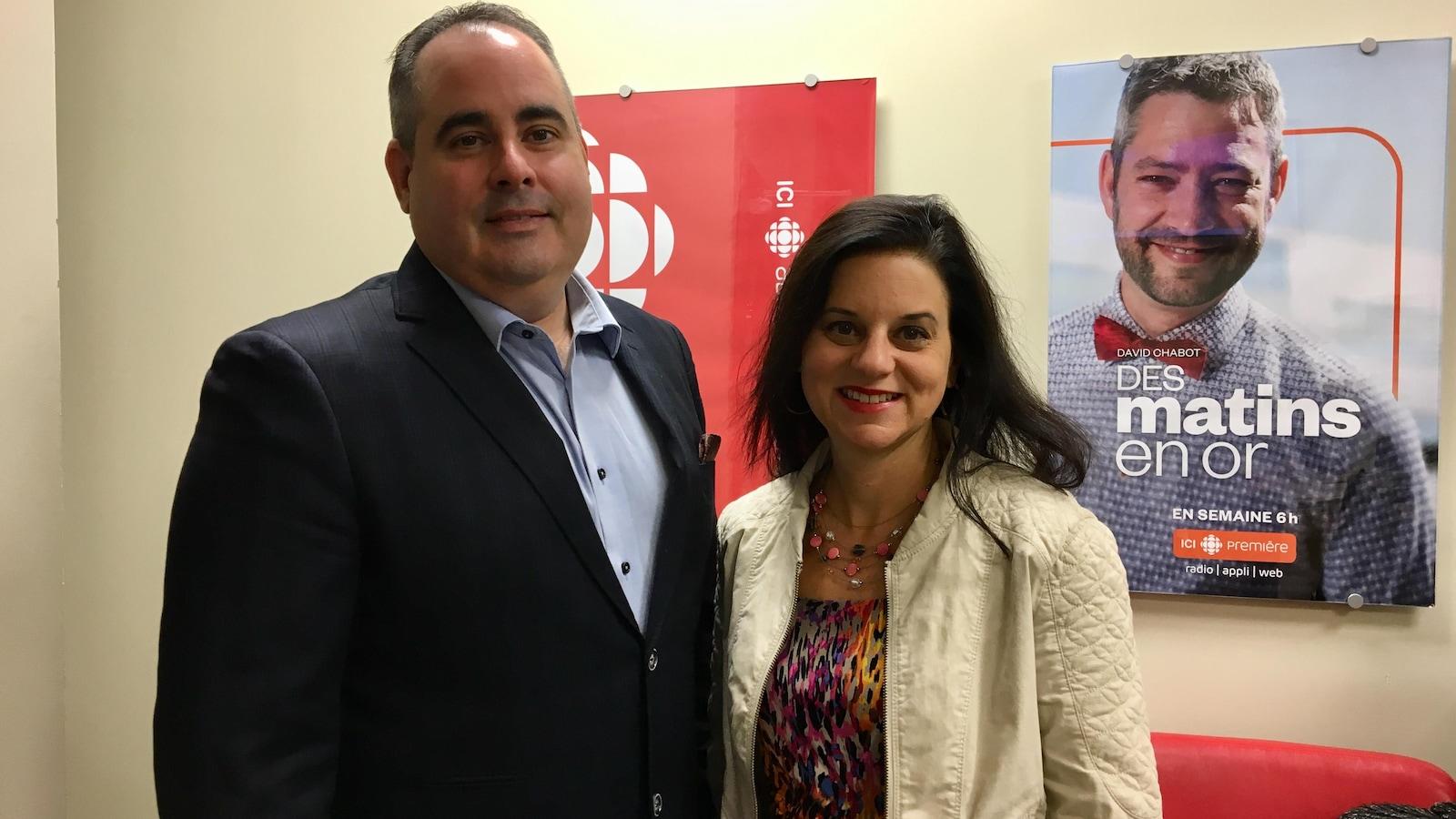 Les candidats Martin Ferron et Isabelle Bergeron posent dans notre station.