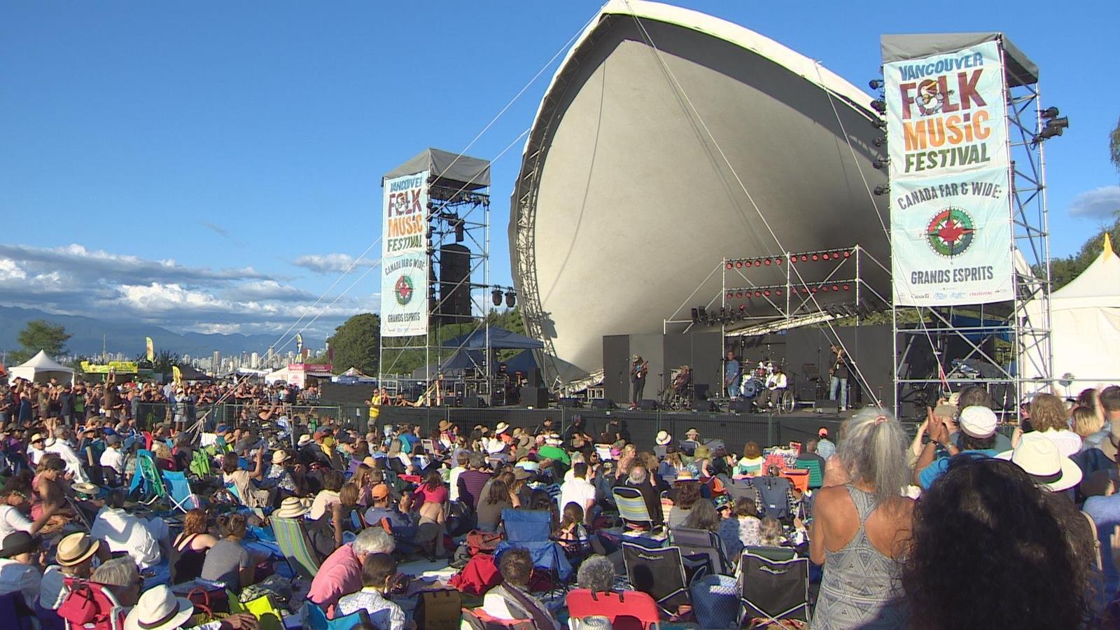 La scène principale du Festival de folk de Vancouver au parc de la plage de Jericho