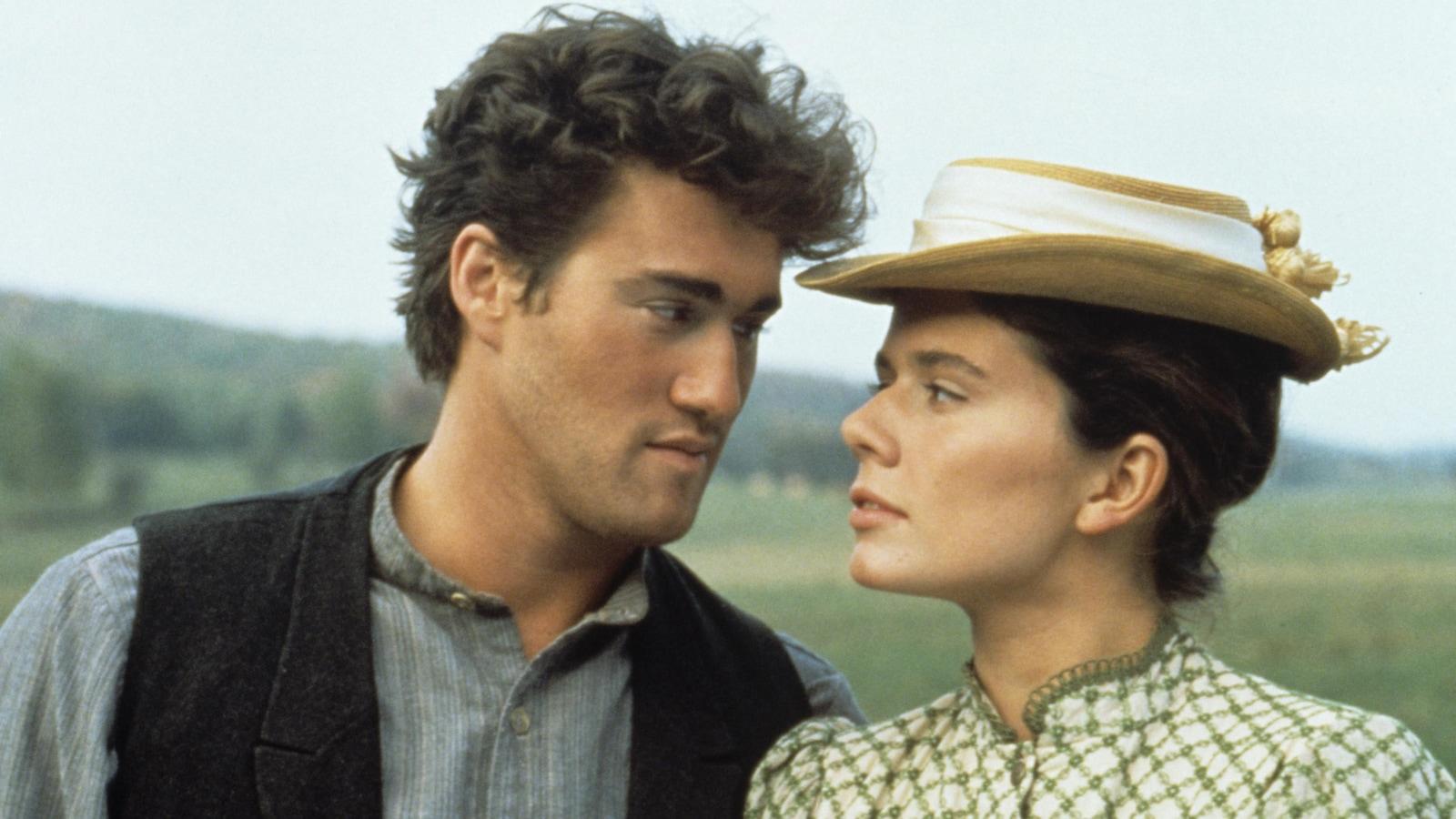 Ovila Pronovost (Roy Dupuis) et Émilie Bordeleau (Marina Orsini) qui se regardent amoureusement.