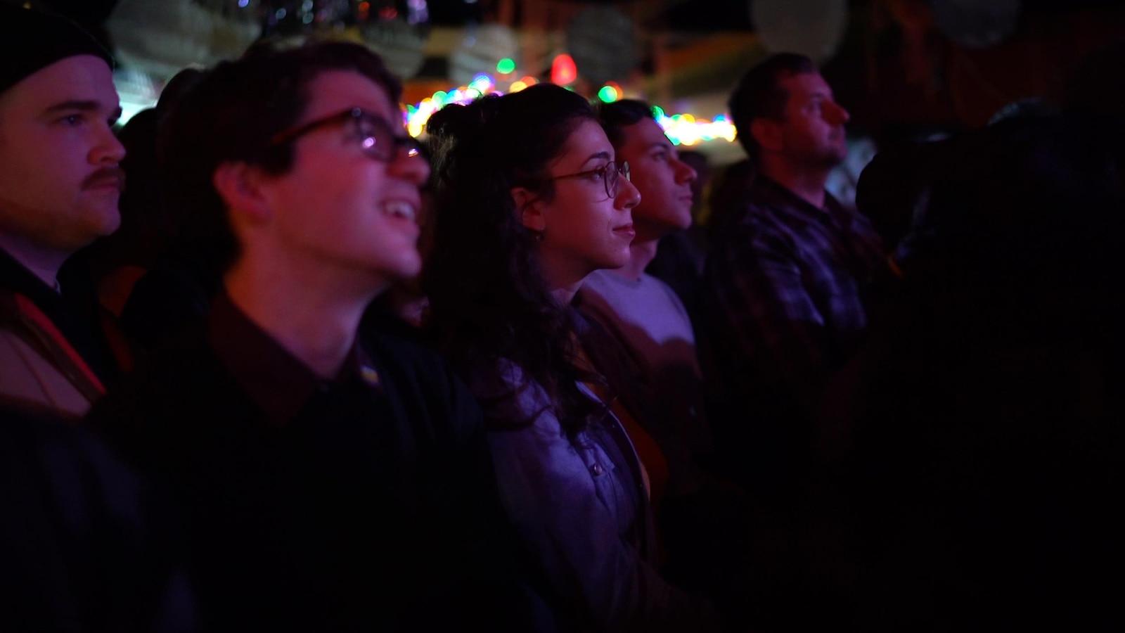Photo de quatre personnes dans une foule