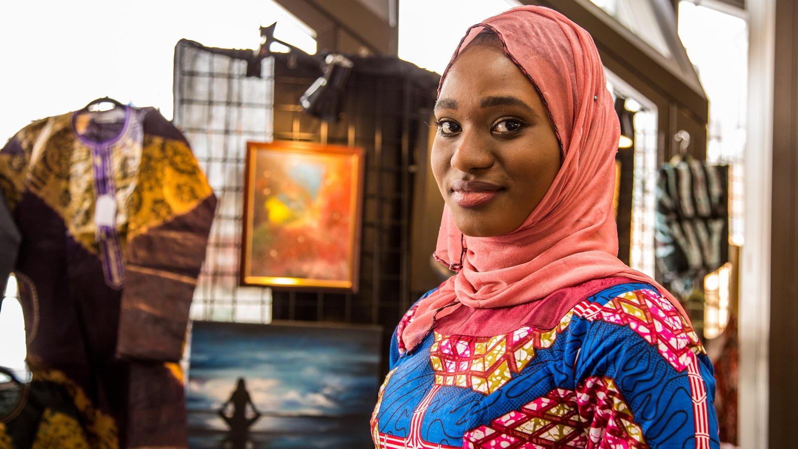 Un portrait de Gaye Abdoul Sy debout