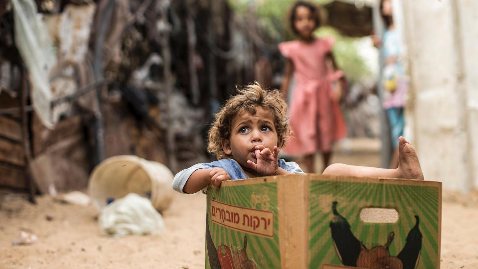 Un enfant dans une boîte de carton