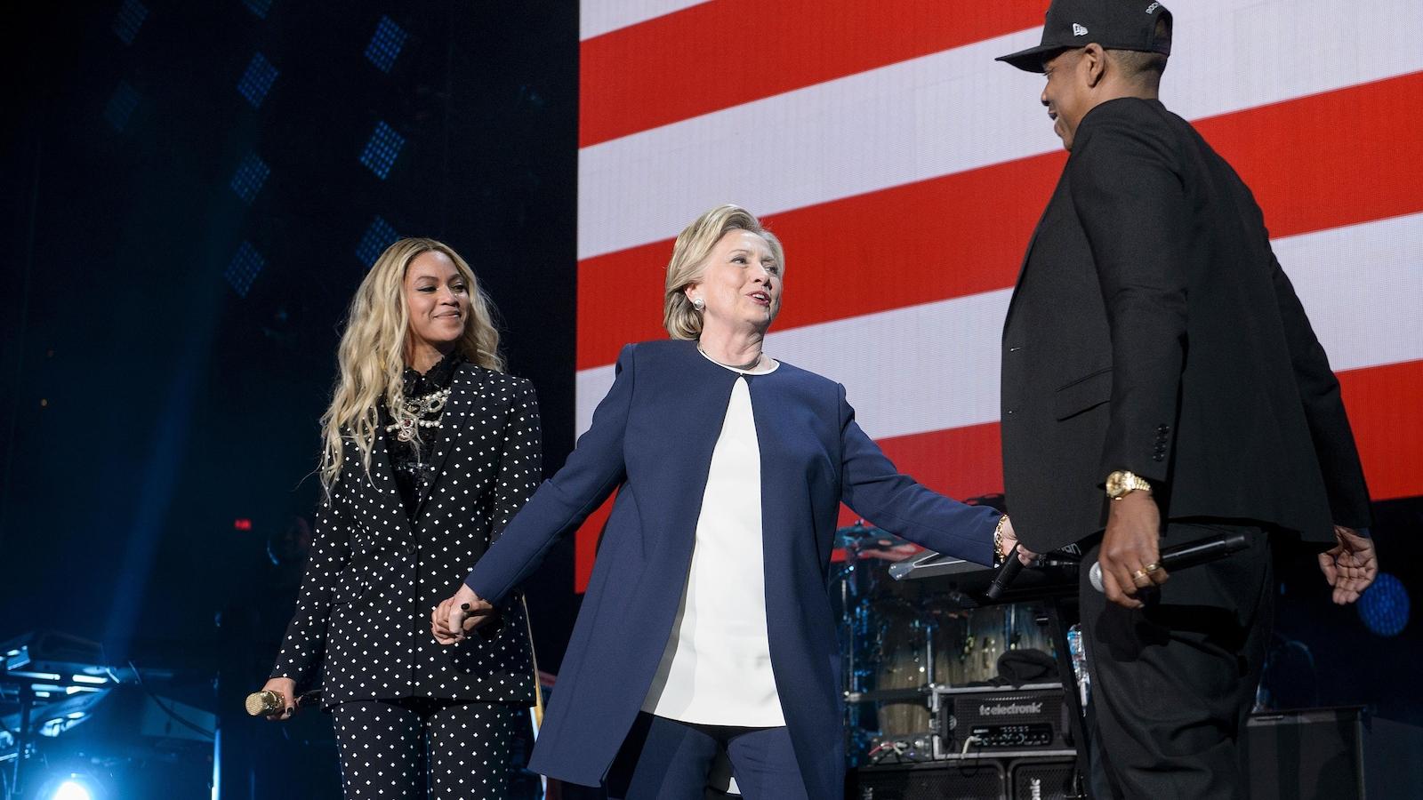 Beyoncé, Hillary Clinton et Jay Z se tiennent la main lors d'un rassemblement pour soutenir la candidate démocrate.