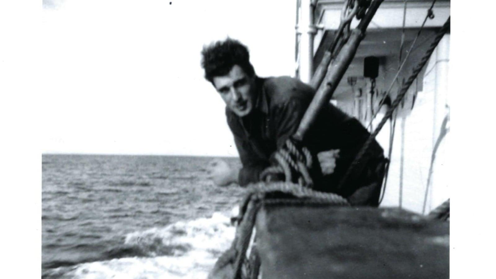 Hugh Kroestch sur le bateau de la Compagnie de la Baie d'Hudson dans l'Arctique dans les années 1950.