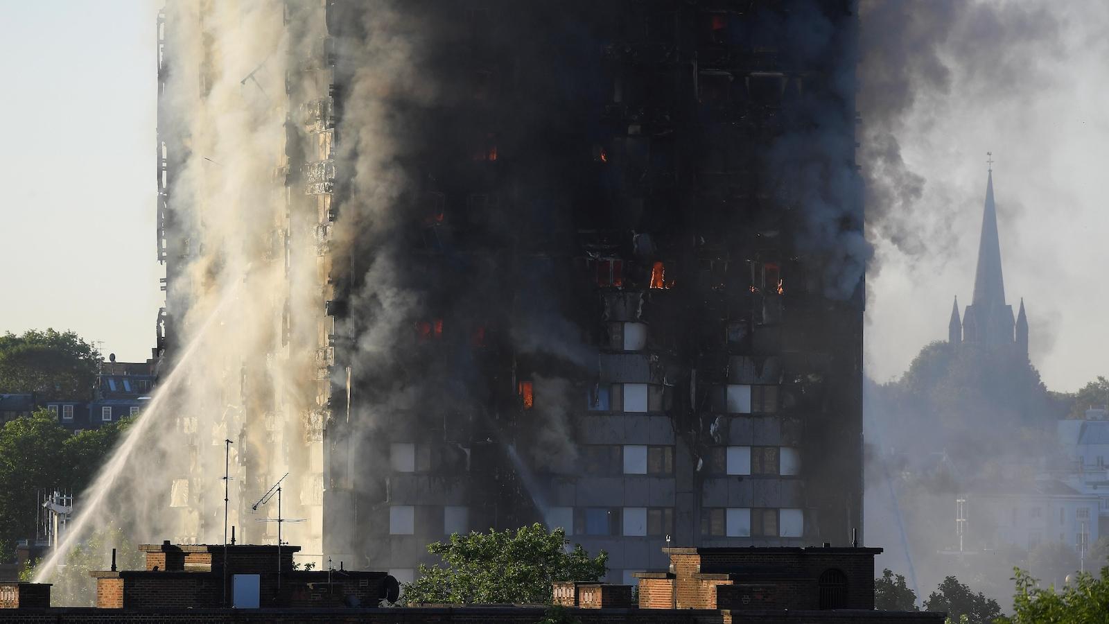 Beaucoup de fumée se dégage de la tour d'habitation.