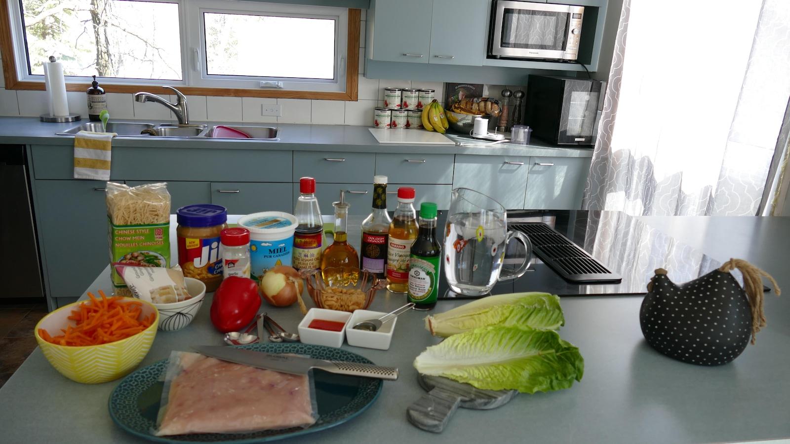 Les ingrédients du bateau de salade au poulet asiatique