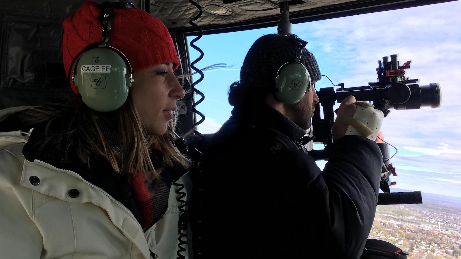 La journaliste Julie Marceau et le caméraman Jérôme Voyer-Poirier à bord d'un hélicoptère des Forces armées canadiennes