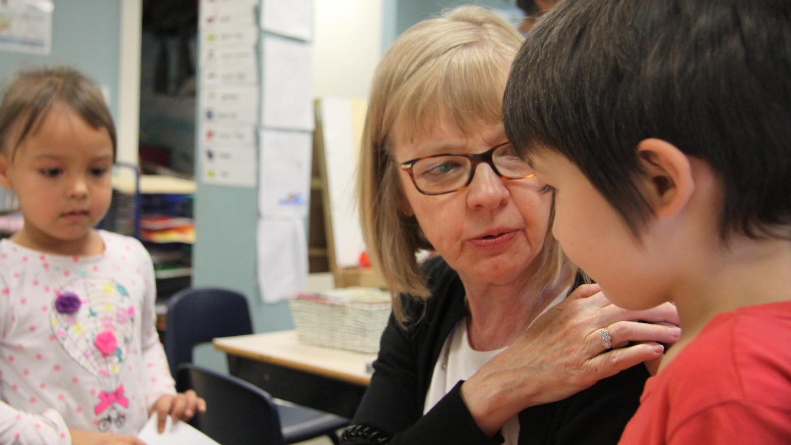 L'enseignante en maternelle de la Commission scolaire du district d'Ottawa-Carleton, Lisa Richards, dans une classe du centre des enfants inuits d'Ottawa où elle travaille.