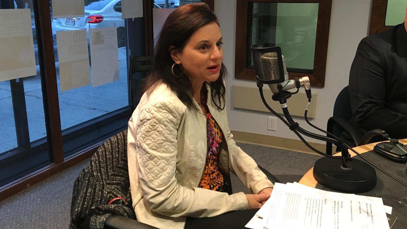 Isabelle Bergeron parle au micro dans le studio de radio.