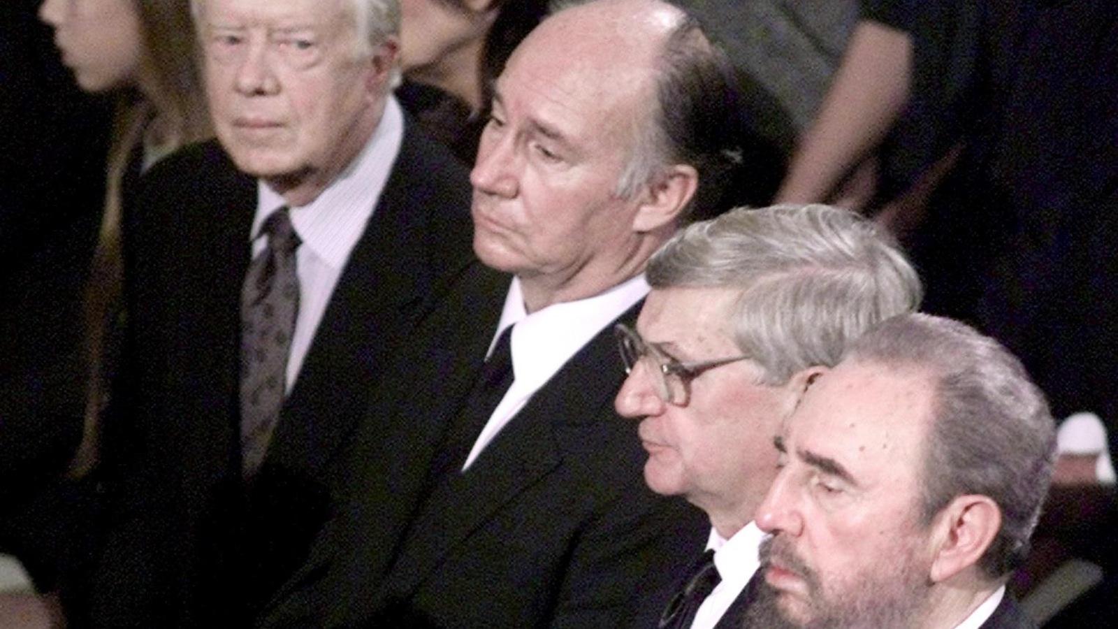 Jimmy Carter regarde avec inquiétude Fidel Castro.