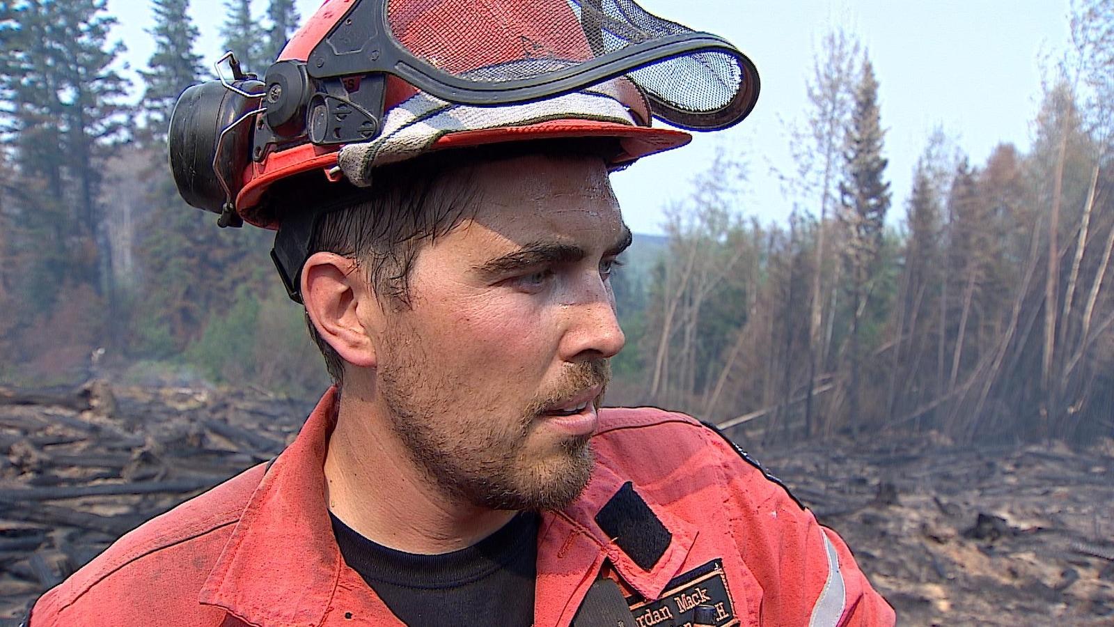 Jayme Martel est un pompier de l'Ontario qui travaille dans la région de Quesnel depuis sept jours. Photo : Radio-Canada/Jacaudrey Charbonneau