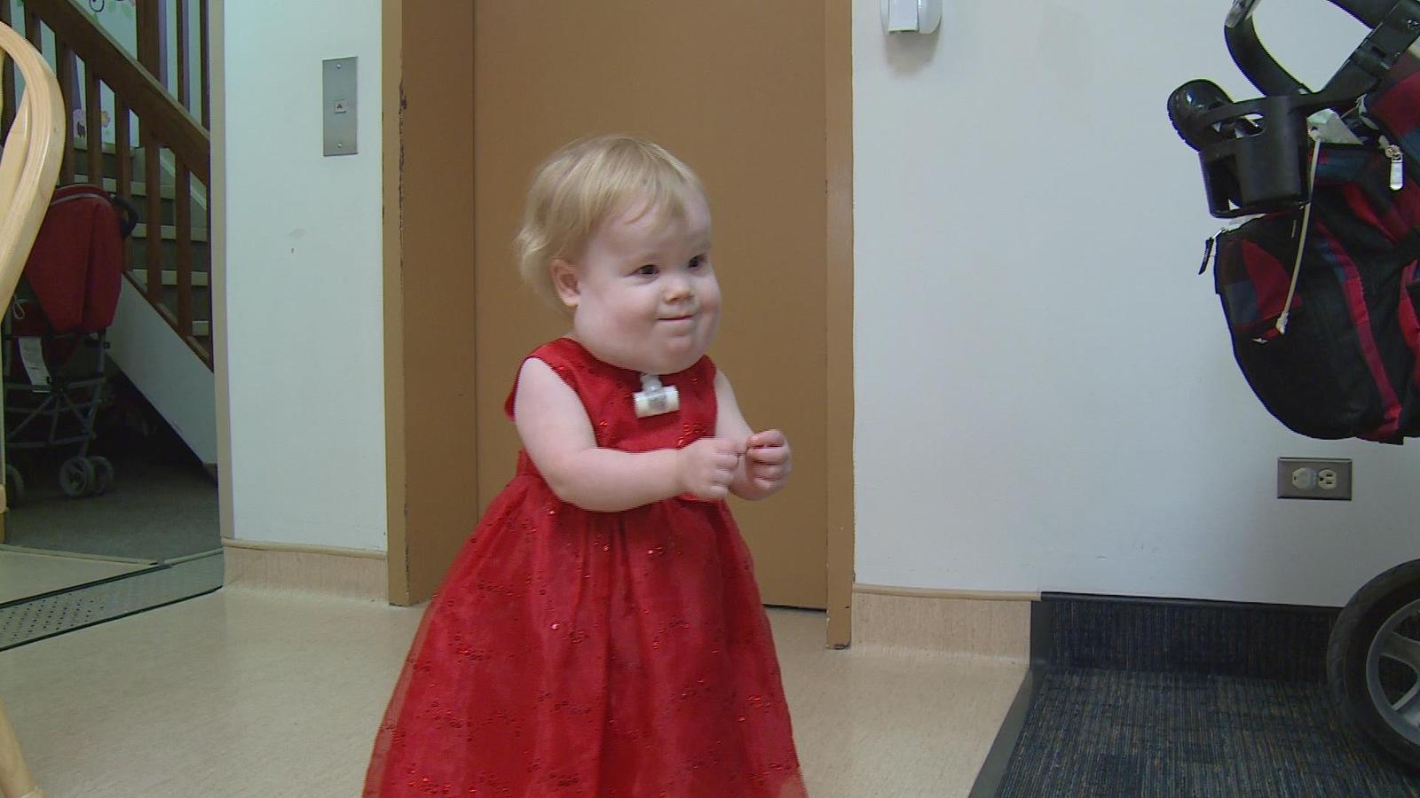 Une petite fille atteinte d'une anomalie congénitale pratique le langage des signes.