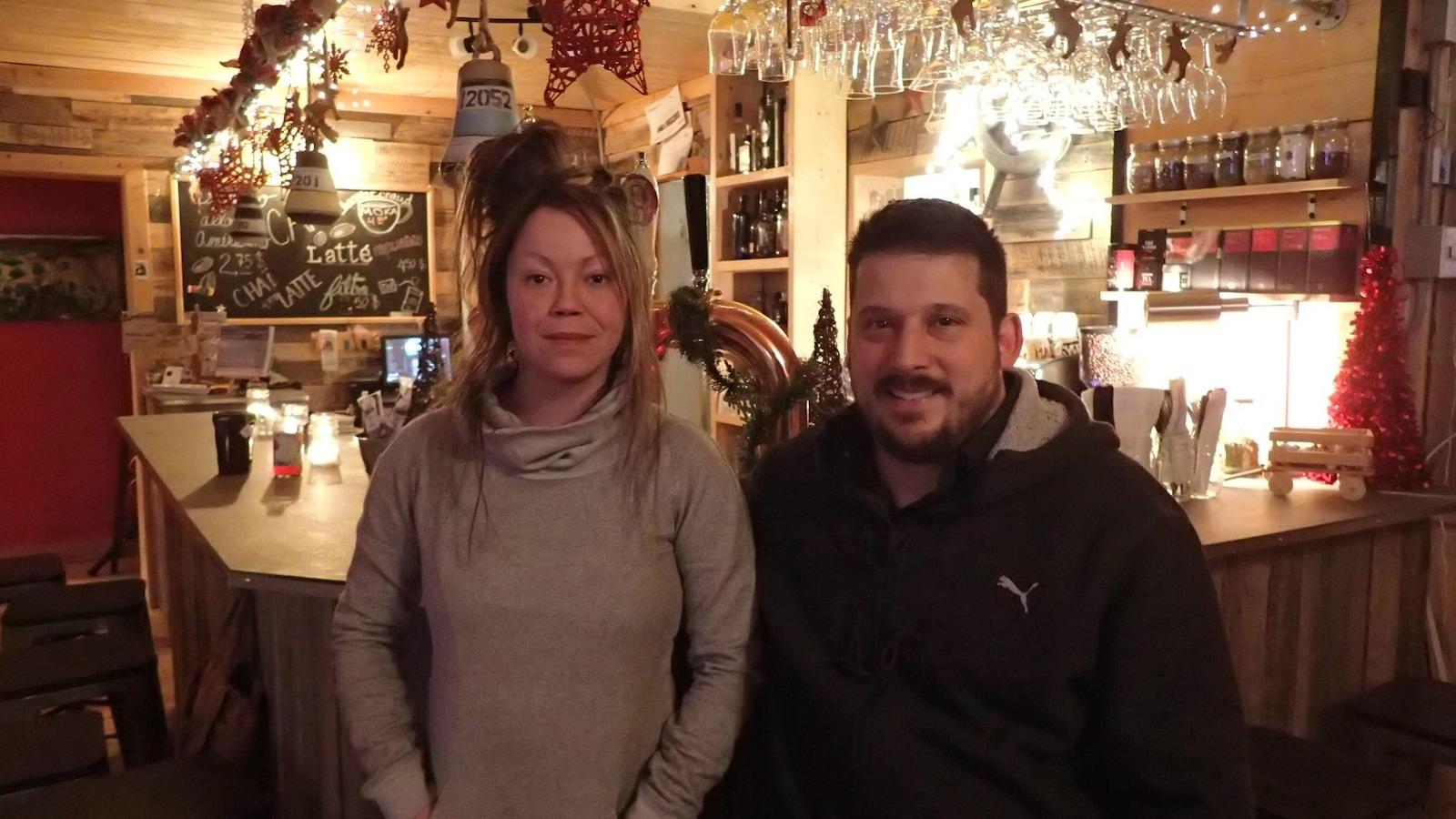 La propriétaire de l'auberge bistro l'Amarré, Julie Asselin, et le pharmacien Dany Bergeron, ont quitté respectivement Montréal et Québec pour s'installer en Haute-Gaspésie.
