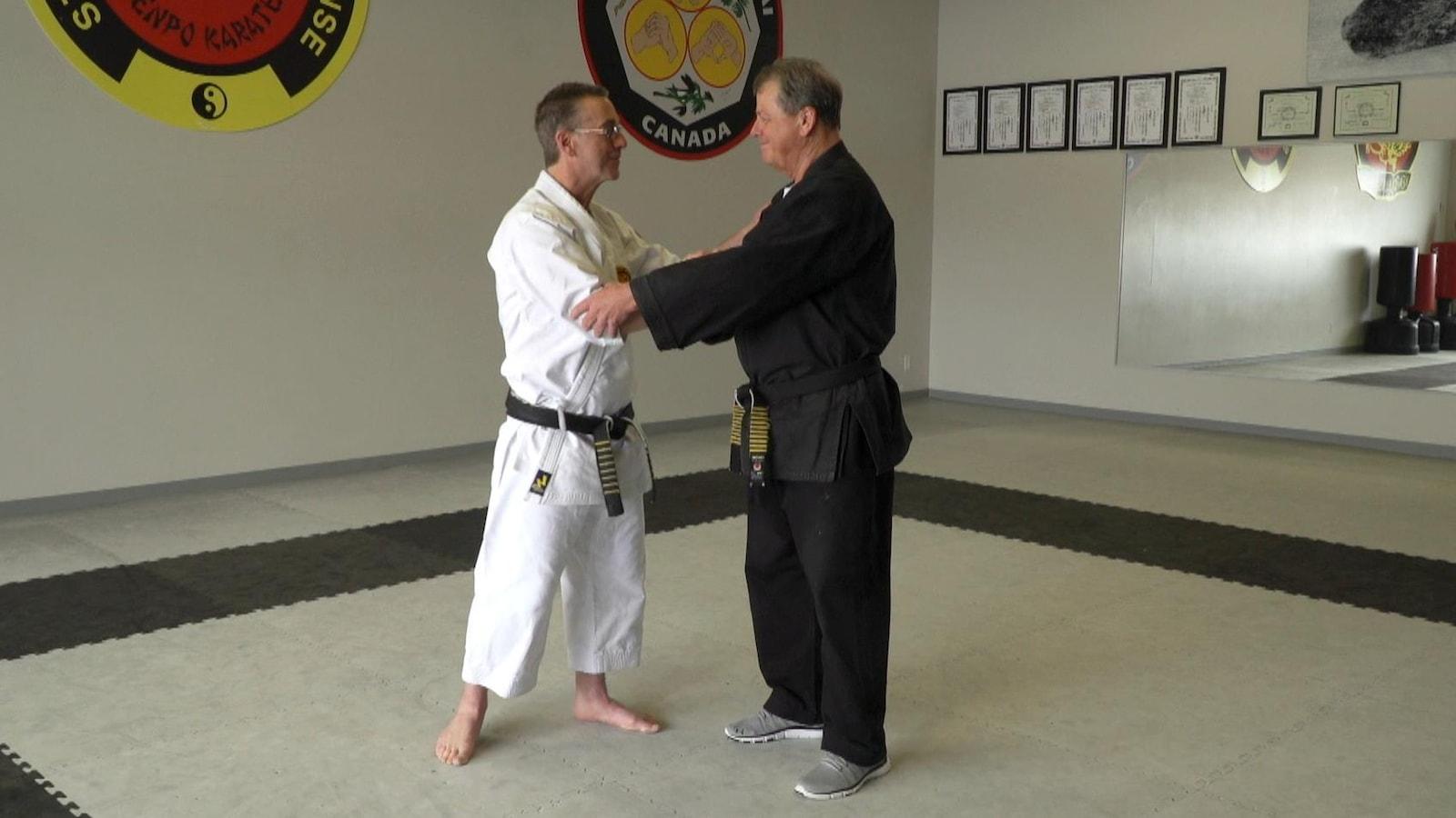 Régis Poirier  et Clermont Poulin dans un dojo de karate