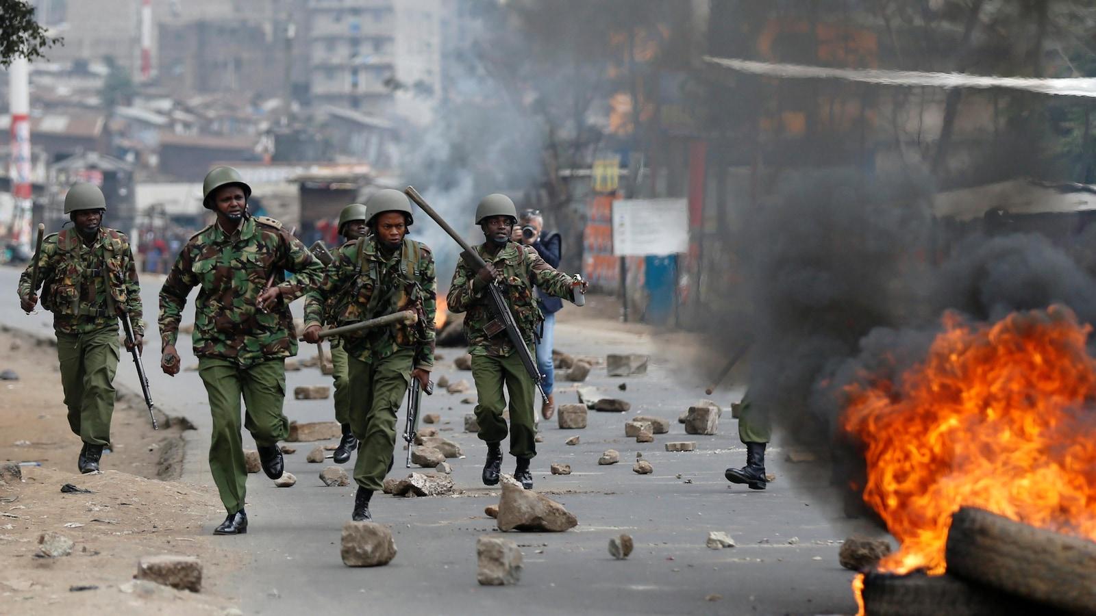 Des policiers antiémeutes se sont déployés dans les rues de Mathare après que des partisans de M. Odinga eurent entrepris de manifester.