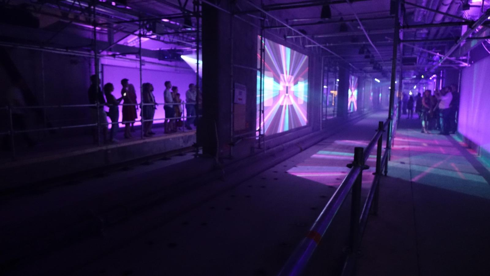 Le quai d'embarquement doté de plusieurs écrans lumineux