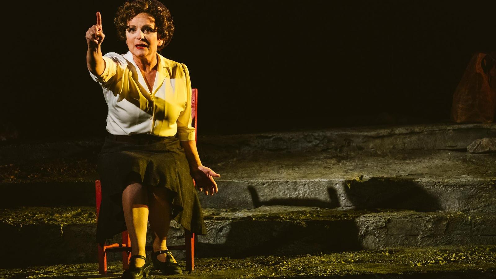 Marie-Thérèse Fortin incarne Gabrielle-Roy dans la pièce La détresse et l'enchantement.