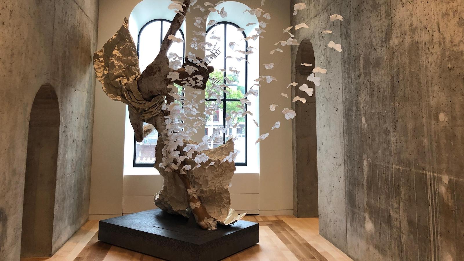 Une imposante sculpture à l'intérieur du Diamant en hommage à l'opéra Madame Butterfly de Puccini.