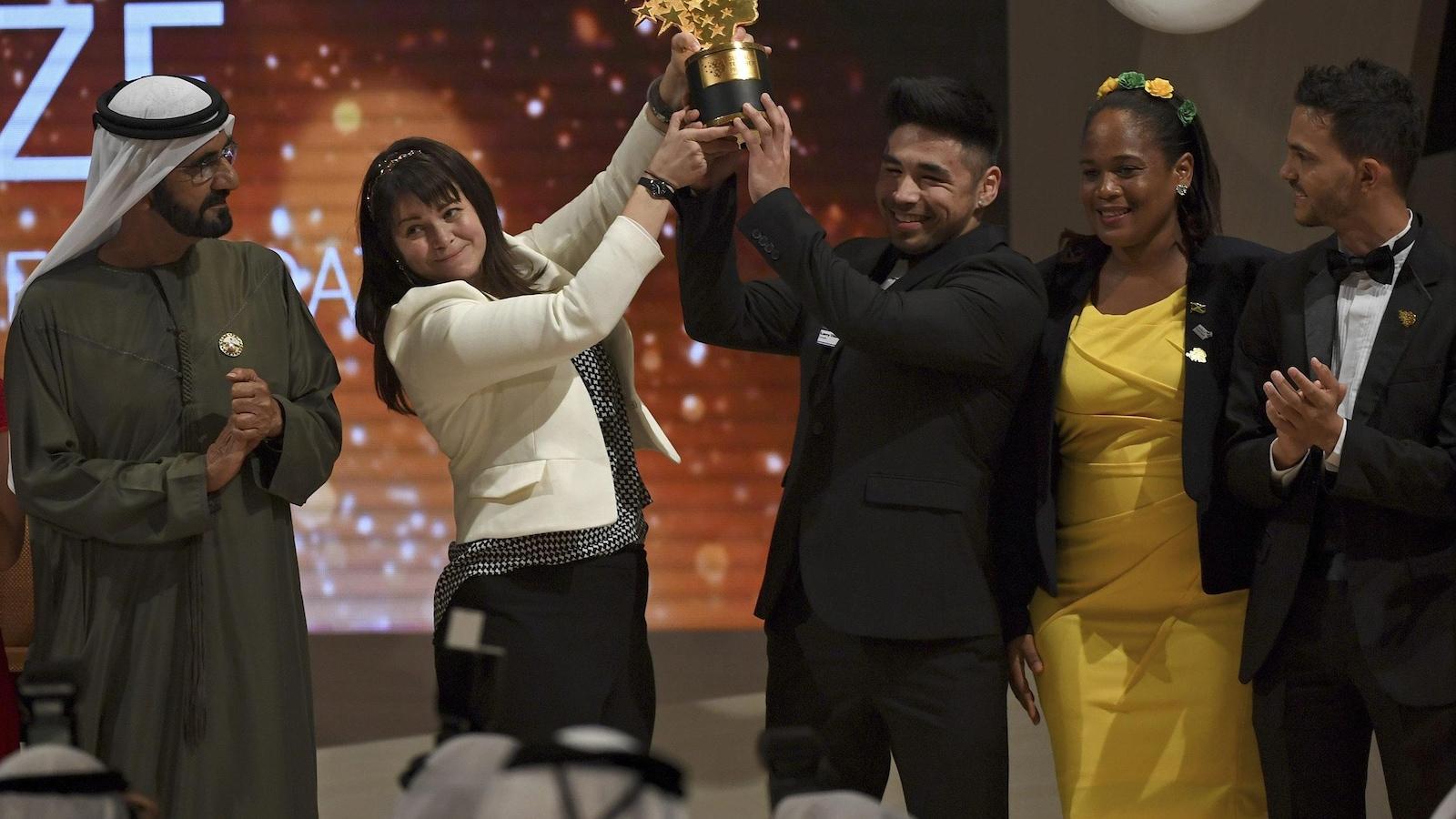 Maggie MacDonnelle accepte le Global Teacher Prize en compagnie de ses étudiants