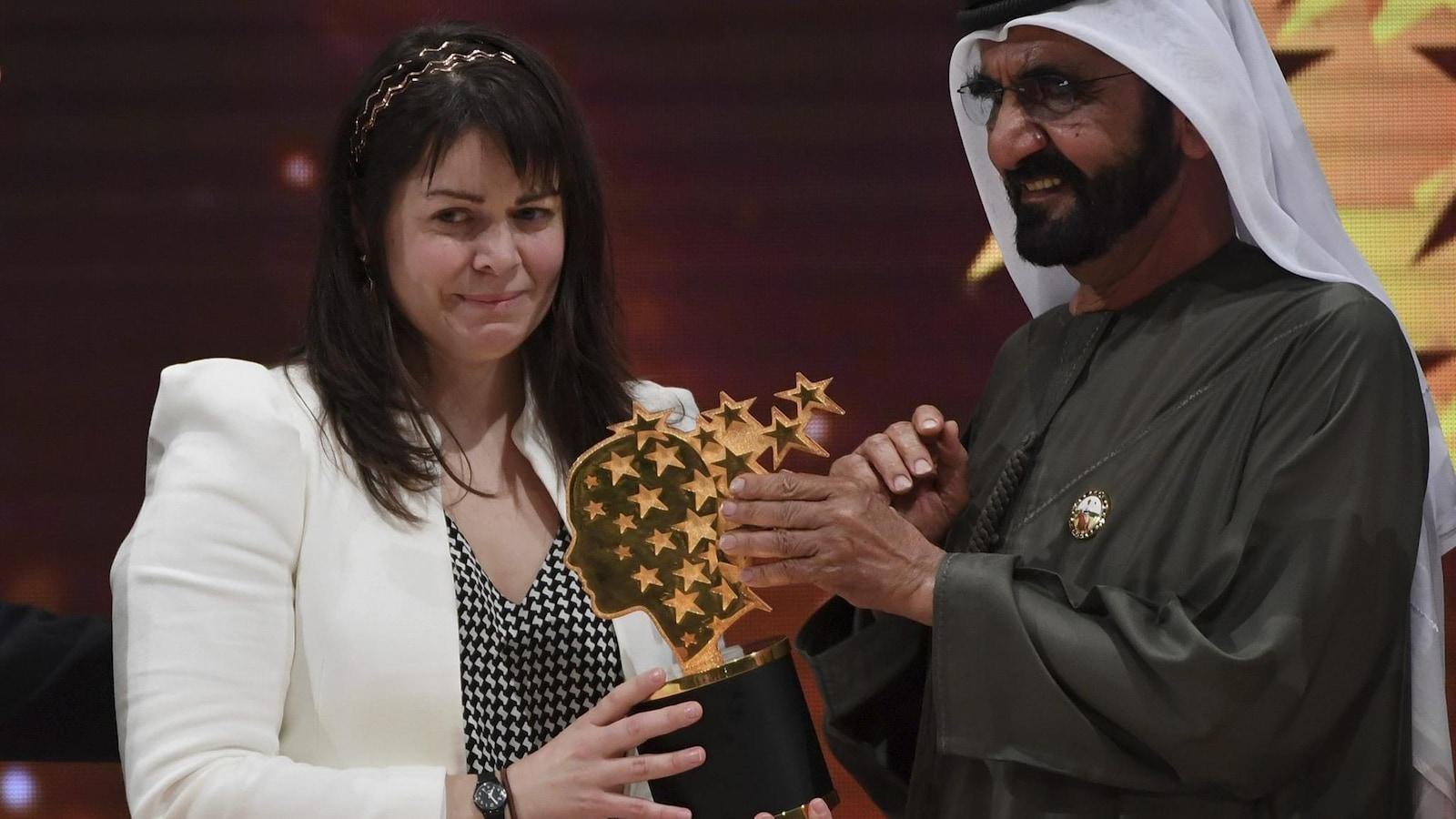 L'enseignante Maggie MacDonnell reçoit son prix des mains de Sheikh Mohammed bin Rashid Al Maktoum