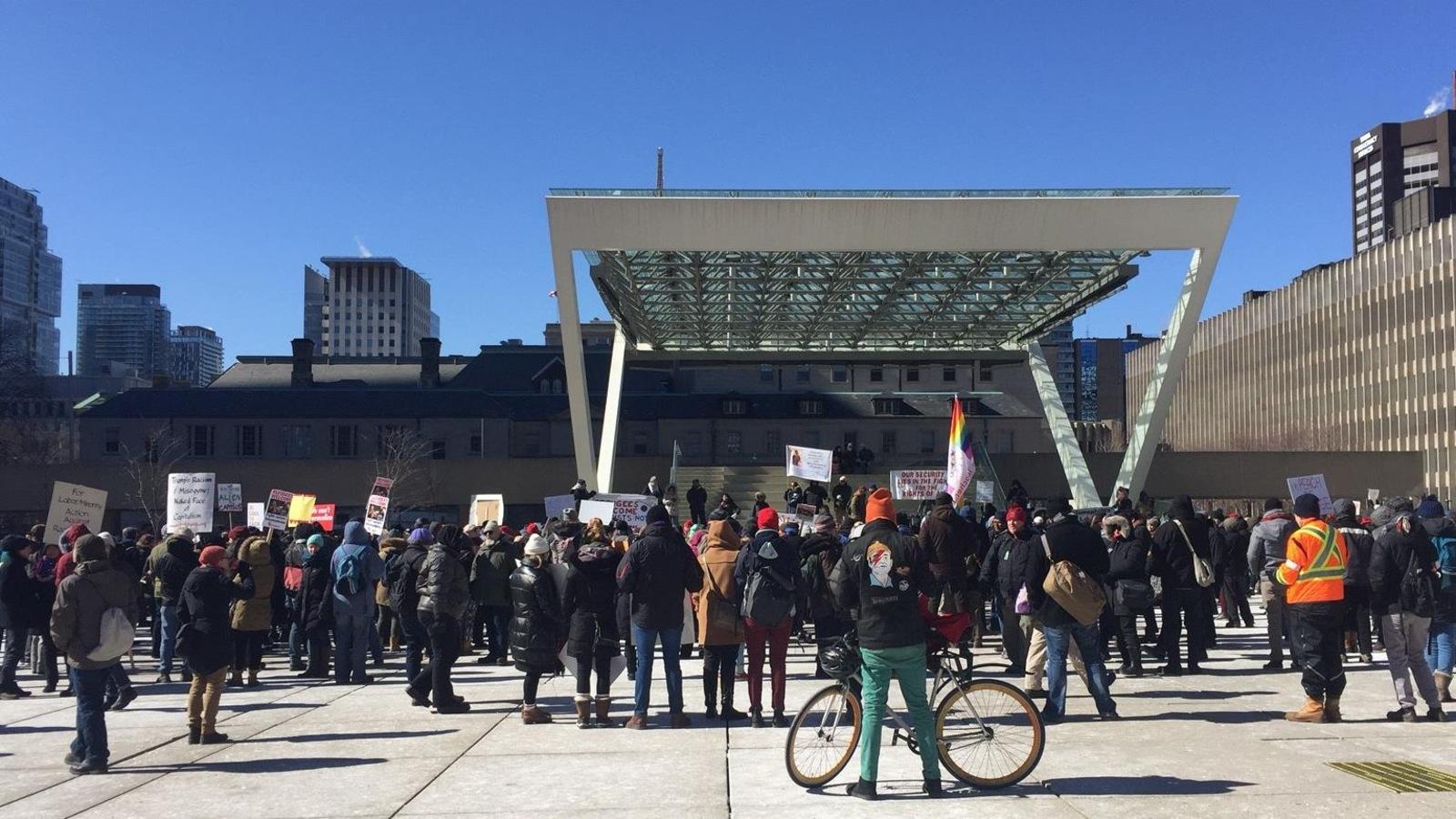Des manifestants sont réunis à Toronto.