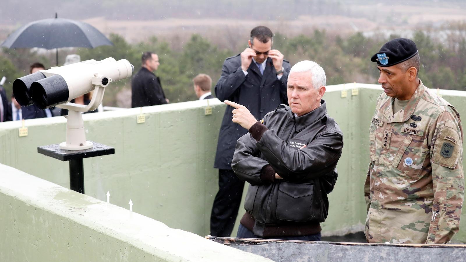 Le vice-président américain Mike Pence a visité la zone démilitarisée à la frontière nord-coréenne.