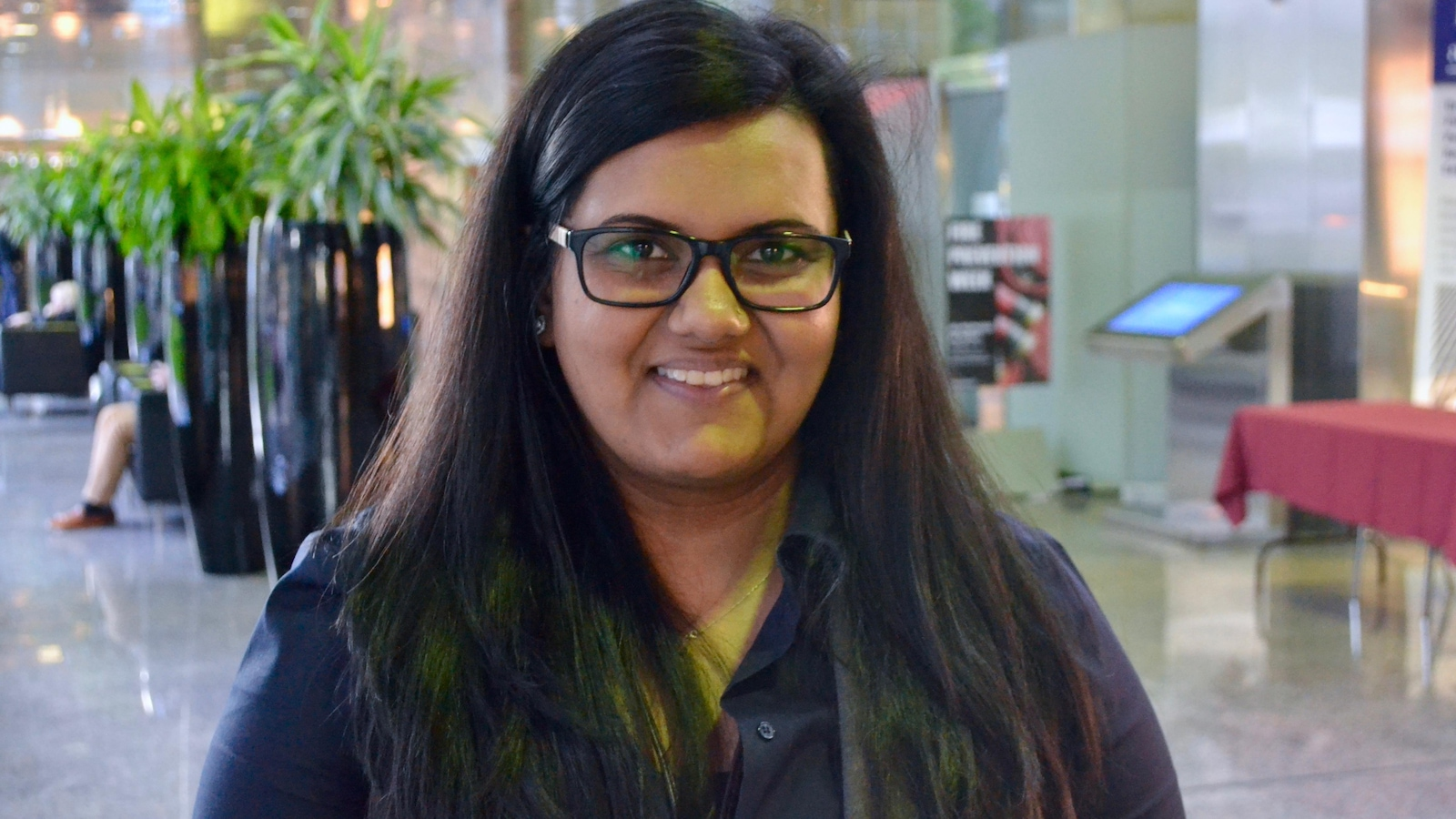 Une jeune femme photographiée dans un édifice gouvernemental
