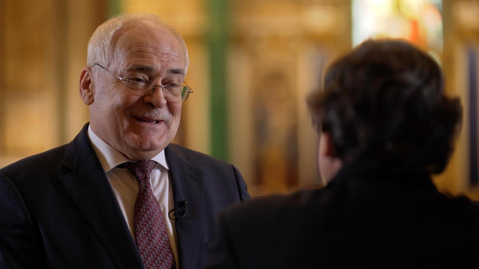 Nicolas Burov, souriant, discute avec Raymond Saint-Pierre.