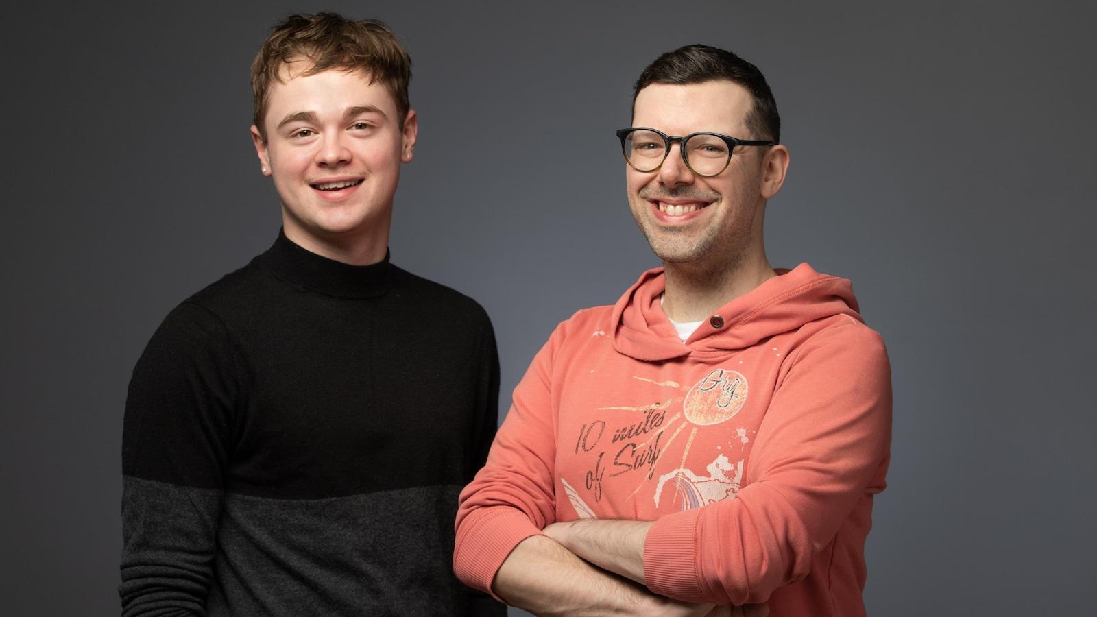 Les deux hommes sont côte à côte.