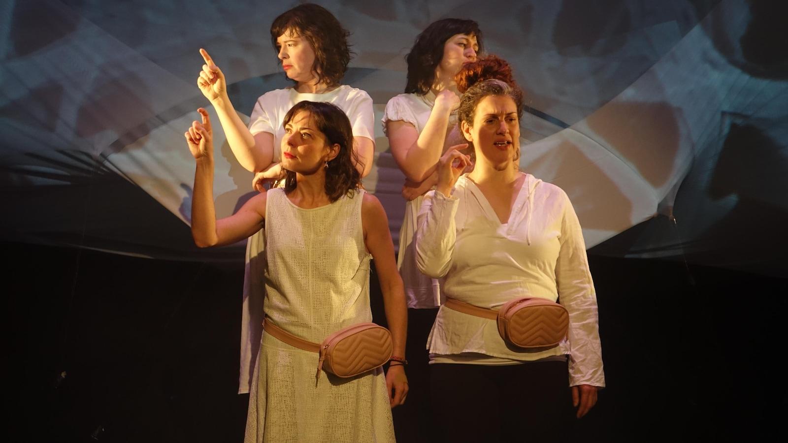 Les quatre comédiennes de la pièce Parmi les éclats lors de son lancement au Théâtre du Nouvel-Ontario, à Sudbury. De haut en bas et de gauche à droite : Manon St-Jules, France Huot, Stéphanie-Kym Tougas et Miriam Cusson, qui est aussi auteure et metteure en scène.