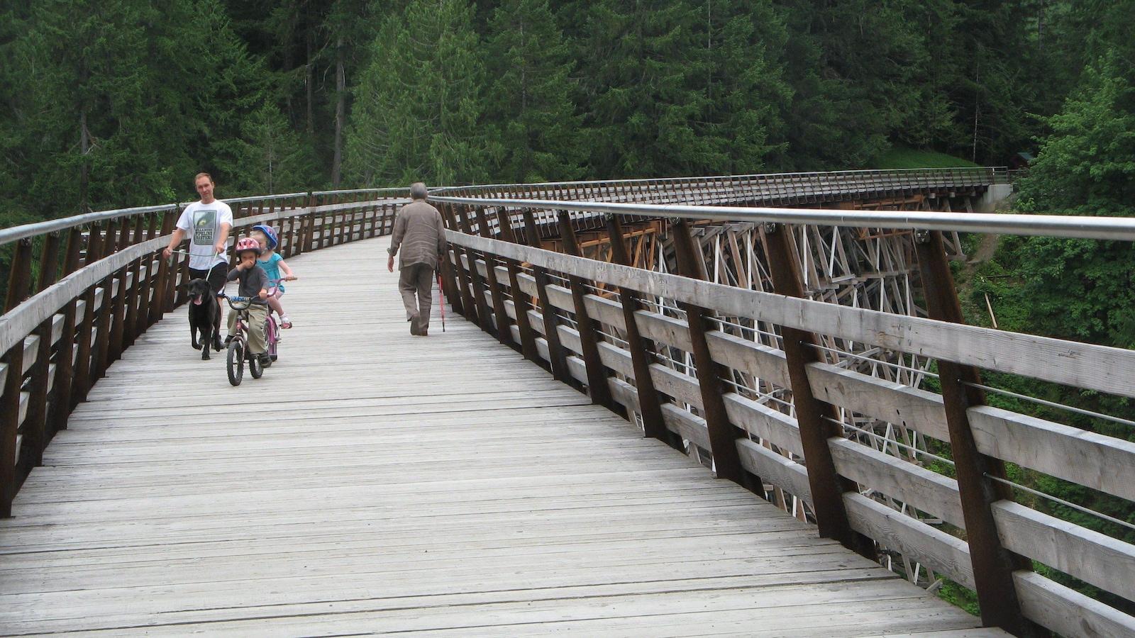Des enfants sur des bicylettes et deux hommes adultes