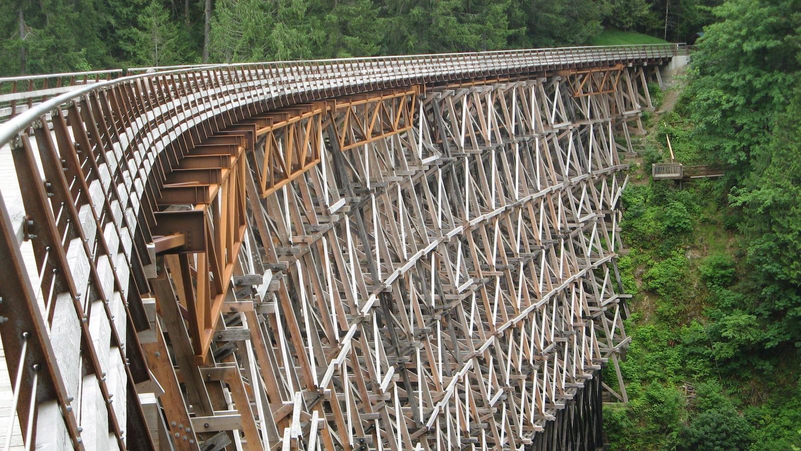 Le pont en bois qui traverse la rivière Koksilah