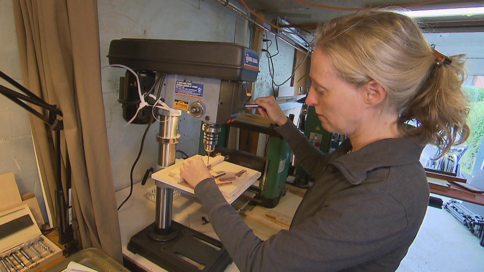 Isabelle Ferland dans son atelier de création de bijoux en bois