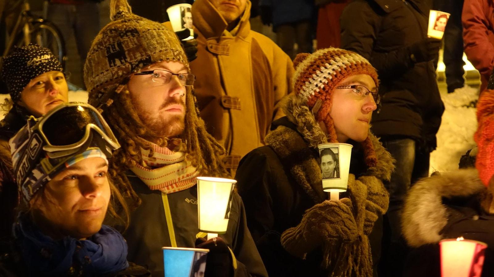 Gros plan de la foule à la centième vigile pour la libération de Raif Badawi à Sherbrooke