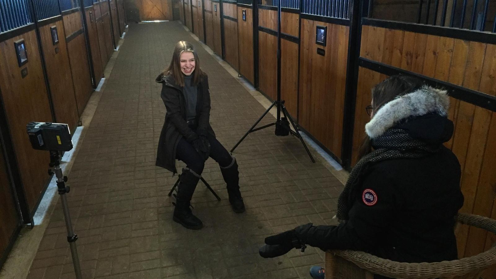 Rosalie et Marie-Ève dans le couloir de l'écurie