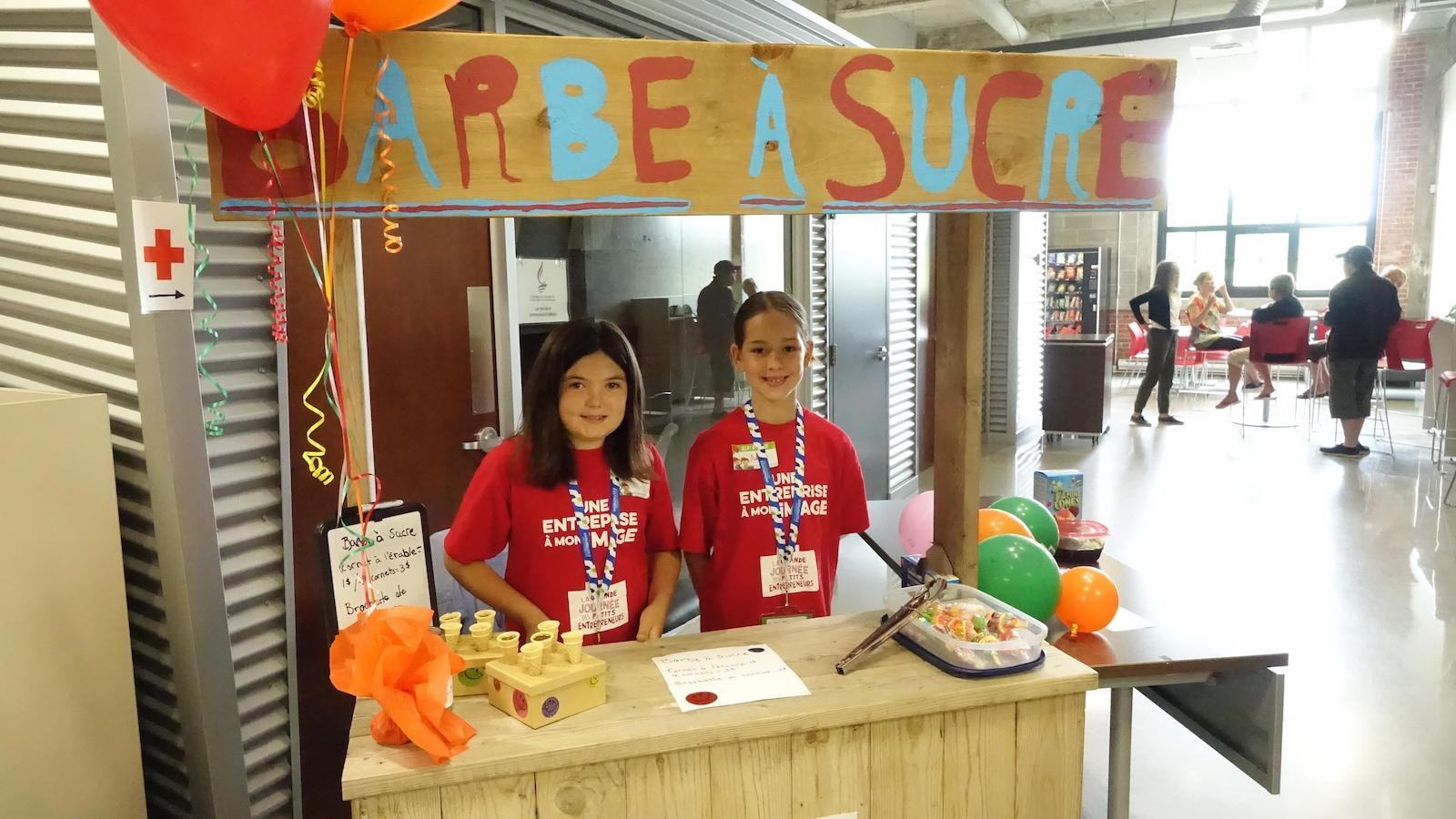 Ces jeunes filles vendent de la barbe à sucre à Shawinigan.