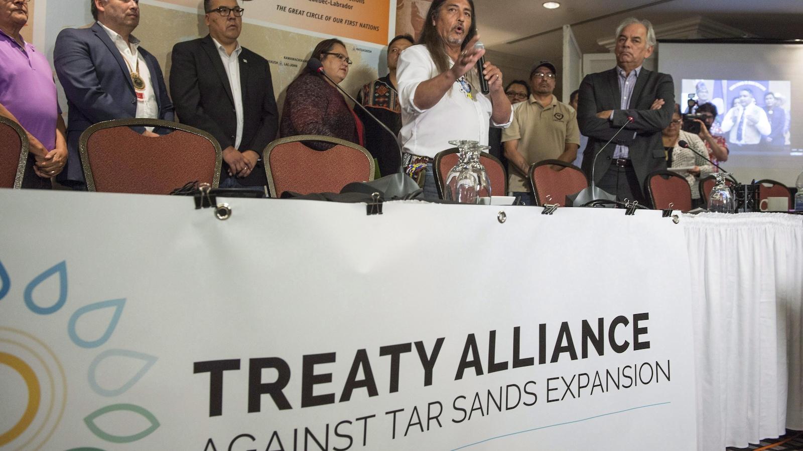 À l'avant-plan, le chef de Kanesatake, Serge Simon, et le chef de l'Assemblée des Premières Nations du Québec et du Labrador (APNQL), Ghislain Picard, lors de la signature du traité d'alliance contre les sables bitumineux, en septembre 2016.