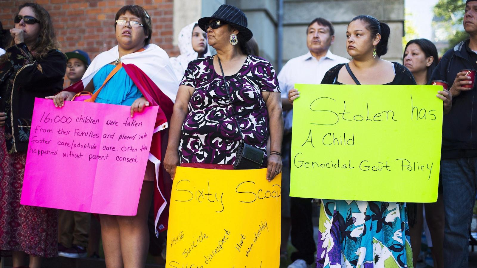 Des manifestants à l'extérieur de la cour en août