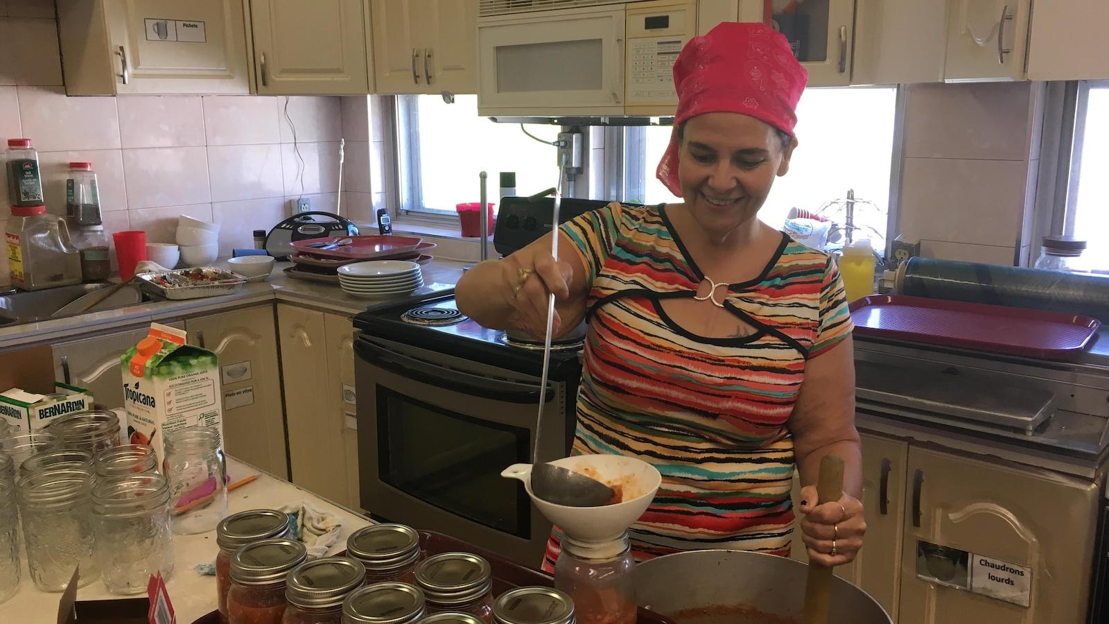 Une cuisinière au travail.