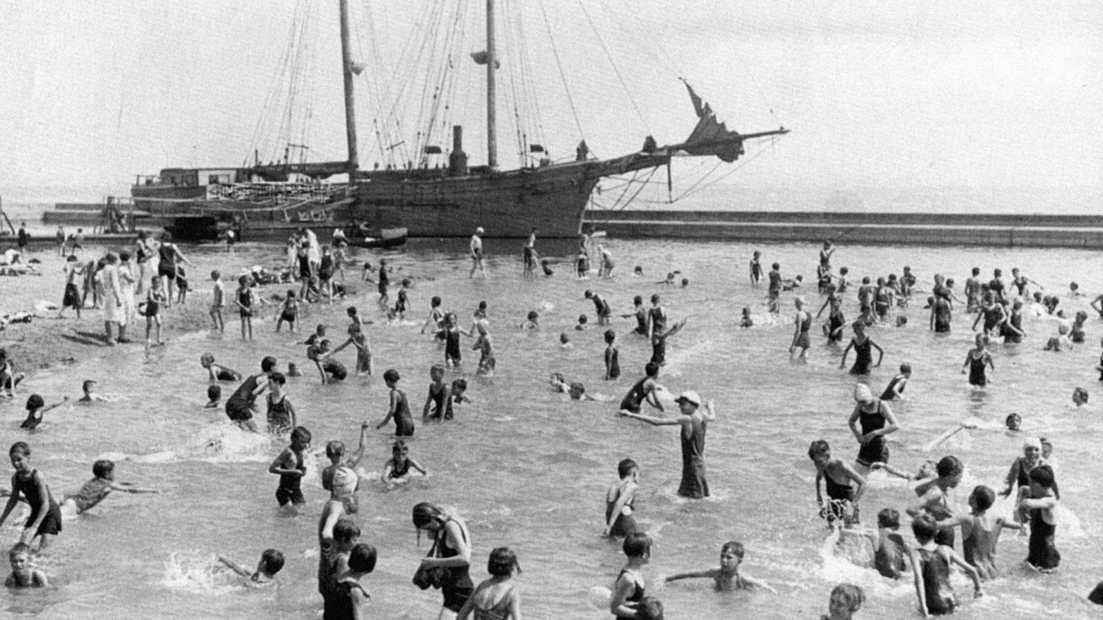 Les baigneurs dans l'eau