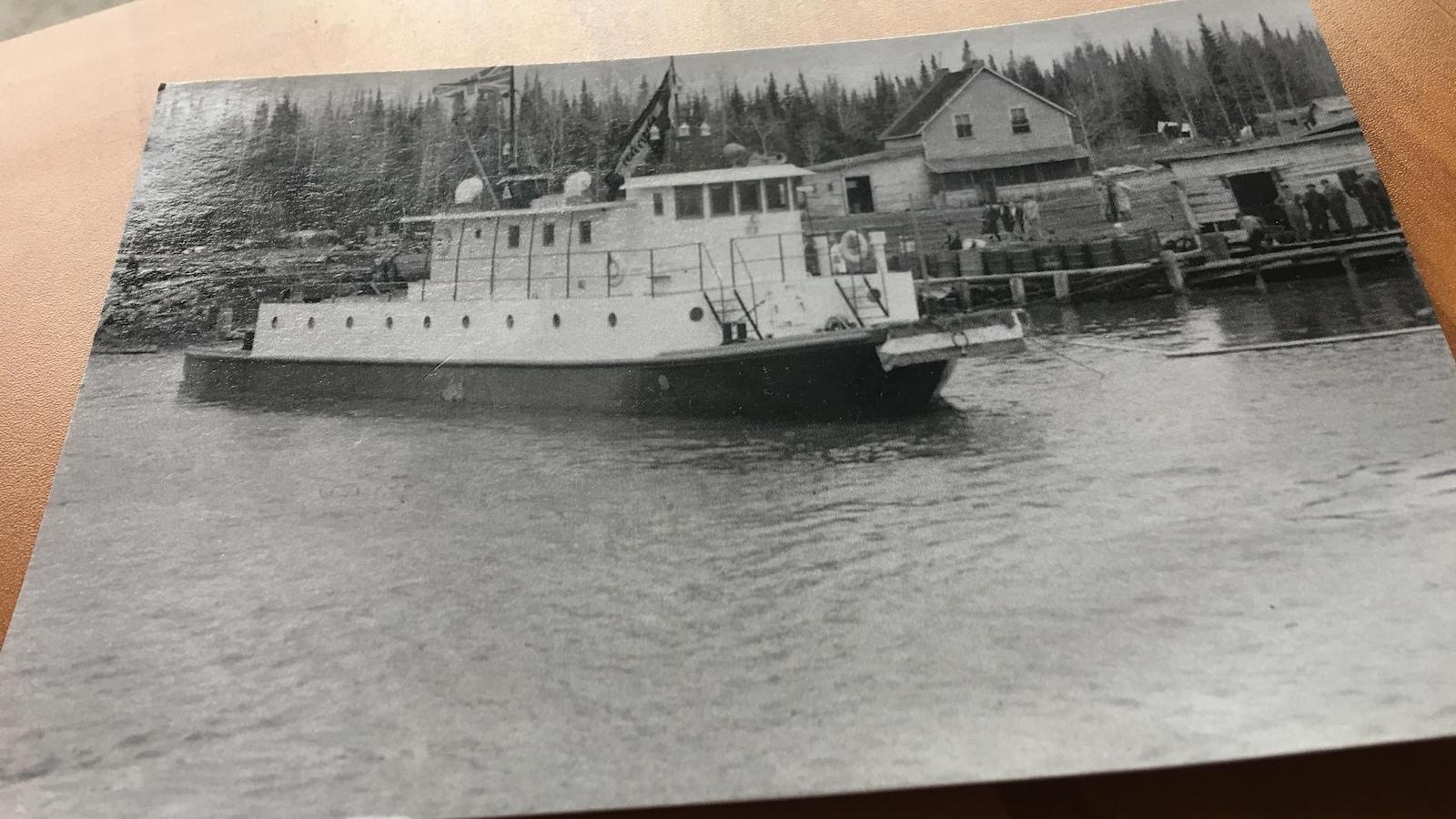 Une photo d'une photo d'un bateau