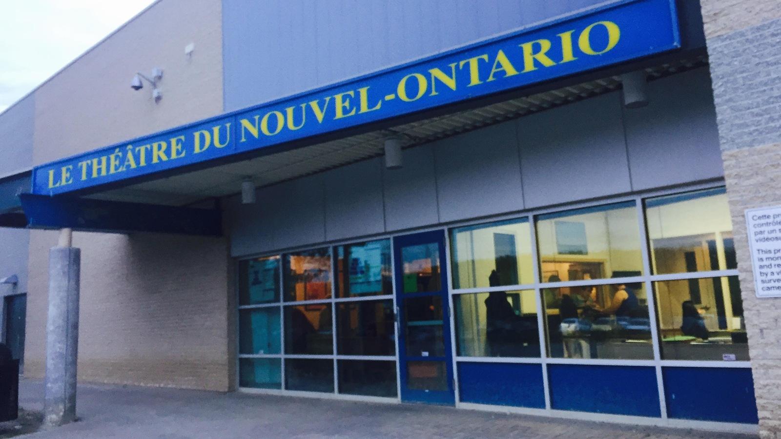 La devanture du théâtre. Le nom est écrit en lettres jaunes sur fond bleu.