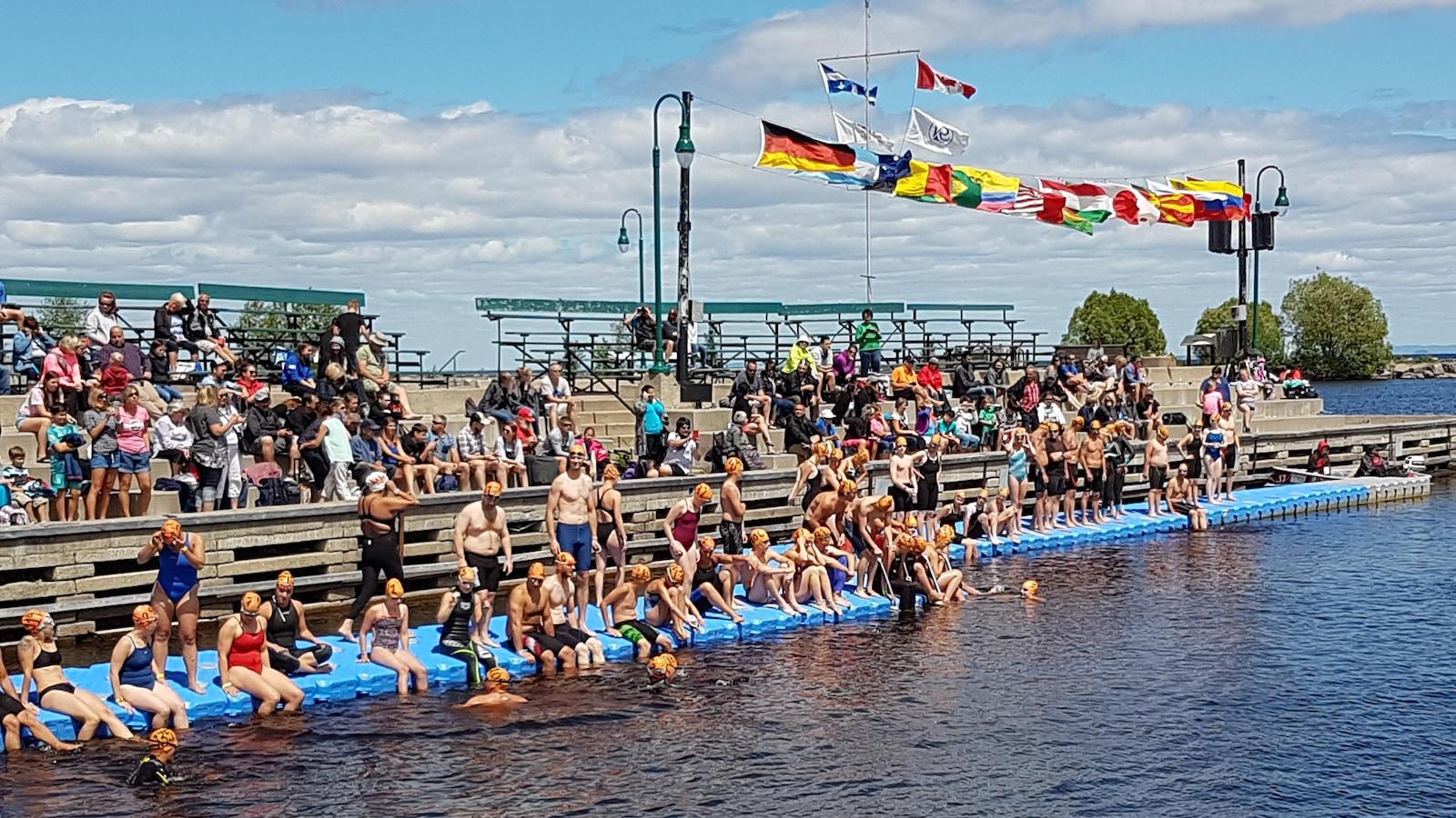 Les nageurs au départ du 2 km