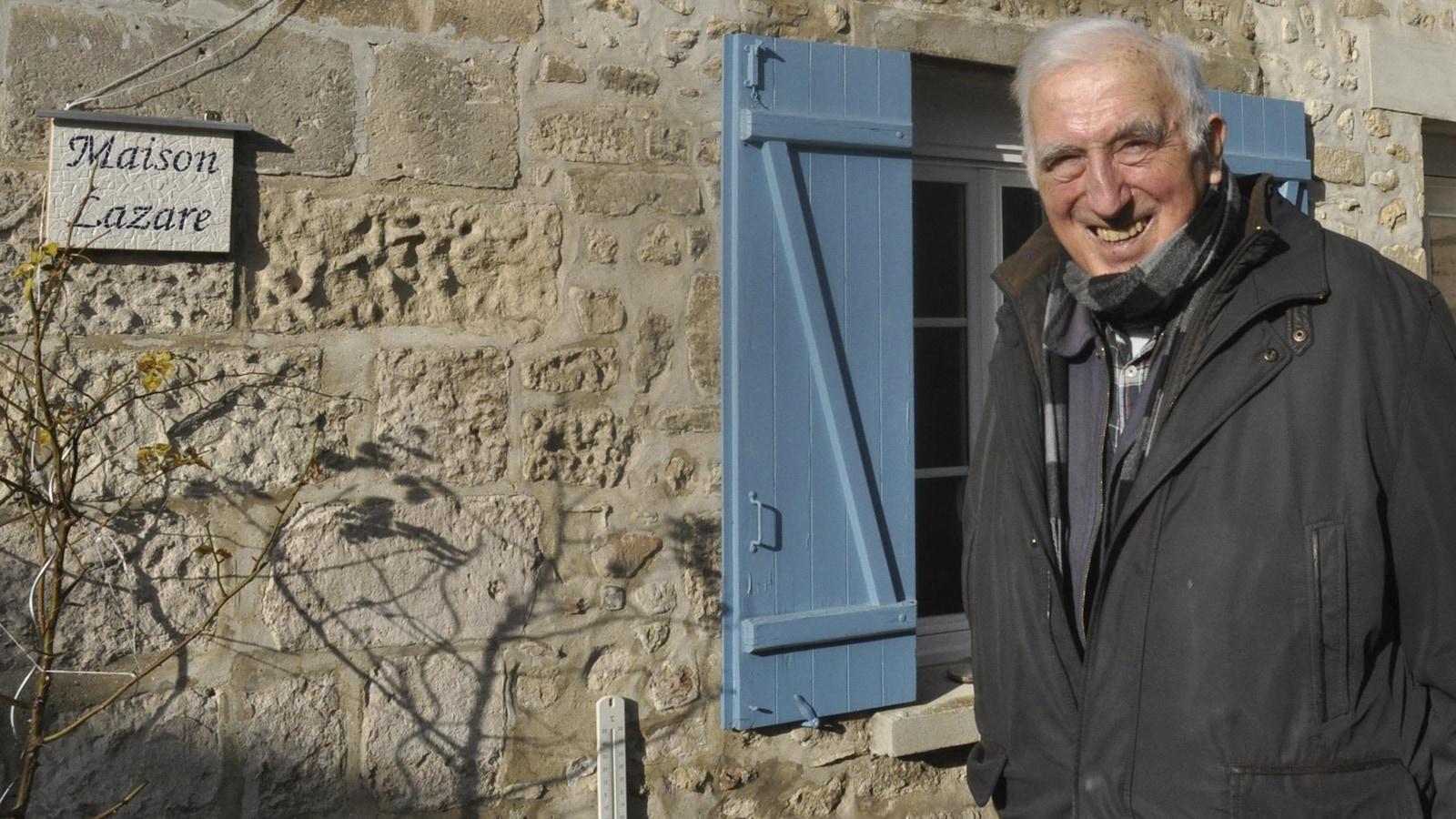Jean Vanier pose devant sa demeure de Trosly-Breuil, en France.